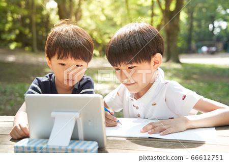 看著屏幕在戶外學習的男孩 66612751