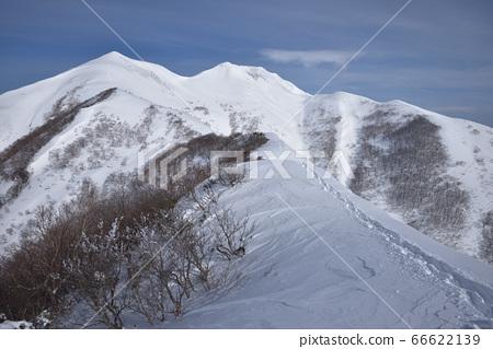눈의 흰 머리카락 문 정상 북쪽에서 본 笠ヶ岳, 에보시 다케에 이어지는 눈 능선 66622139