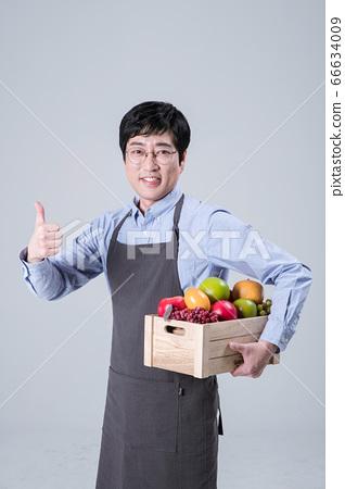 A studio portrait of Asian man making a confident smile 095 66634009