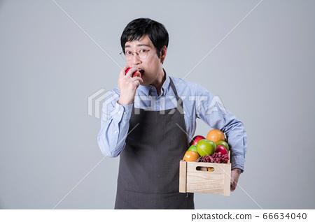 A studio portrait of Asian man making a confident smile 098 66634040