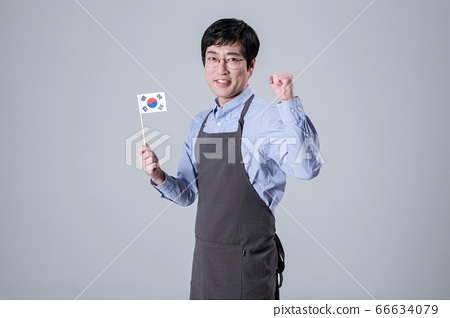 A studio portrait of Asian man making a confident smile 064 66634079