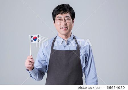 A studio portrait of Asian man making a confident smile 051 66634080