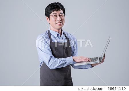 A studio portrait of Asian man making a confident smile 061 66634110