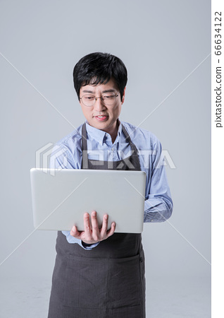 A studio portrait of Asian man making a confident smile 092 66634122