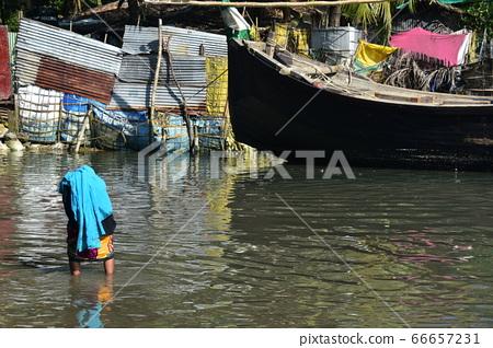 방글라데시 콕스 바자르 침수 된 도로를 걷는 무슬림 여성 이슬람의 히잡 착용 모습 66657231