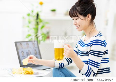 女人有一個在線的酒會,一台筆記本電腦 66670457