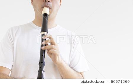 男子吹錄音機的照片 66671360