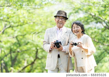 年長夫婦旅行相機夫婦 66695026