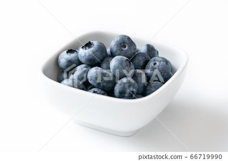 藍莓在一個小盤子上 66719990