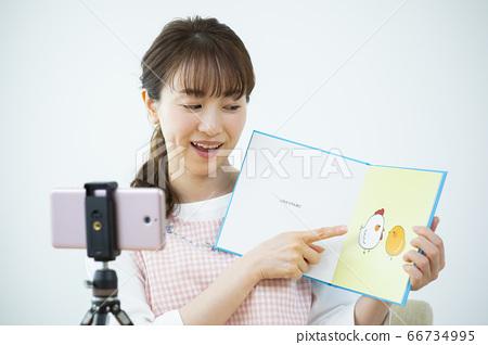 이야기를하는 보육사 (그림책은 빅스타 촬영을 위해 만든 인형입니다) 66734995