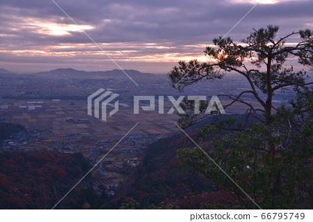 큰 코야마 정상 남쪽 작은 피크보다 아침의 동쪽 산록과 사노시, 三毳山 방면보기 66795749