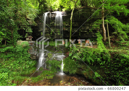 Waterfall on the reverse side 66800247