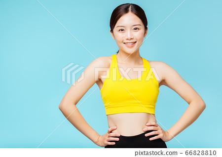 在藍色背景下穿著運動服的女人肖像 66828810
