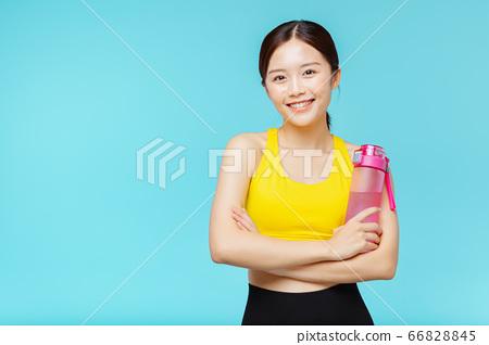 在藍色背景下穿著運動服的女人肖像 66828845