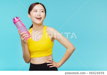 운동복을 입은 파란색 배경의 여성 인물 66828856