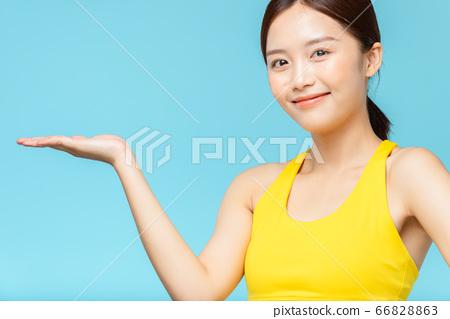 在藍色背景下穿著運動服的女人肖像 66828863