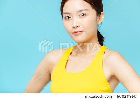 운동복을 입은 파란색 배경의 여성 인물 66828899