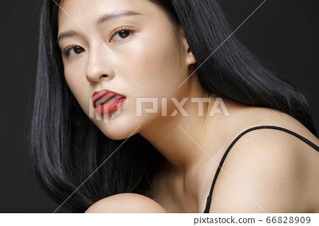 女人在黑色背景上的美女畫像 66828909