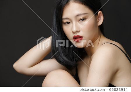 검은 배경의 여성 뷰티 초상화 66828914