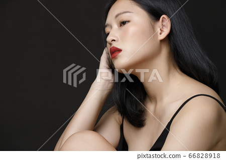 女人在黑色背景上的美女畫像 66828918