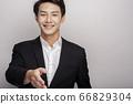 一個年輕人在一套西裝的商業肖像 66829304