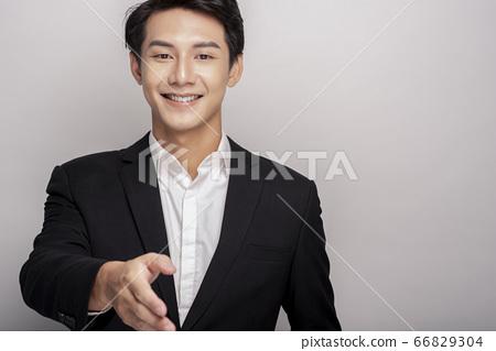 一个年轻人在一套西装的商业肖像 66829304