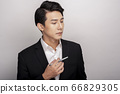 一個年輕人在一套西裝的商業肖像 66829305