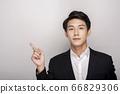 一個年輕人在一套西裝的商業肖像 66829306