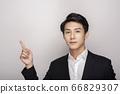一個年輕人在一套西裝的商業肖像 66829307