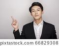 一個年輕人在一套西裝的商業肖像 66829308