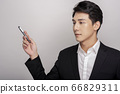 一個年輕人在一套西裝的商業肖像 66829311