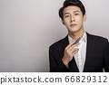 一個年輕人在一套西裝的商業肖像 66829312