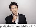 一個年輕人在一套西裝的商業肖像 66829315