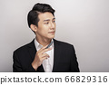 一個年輕人在一套西裝的商業肖像 66829316