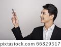 一個年輕人在一套西裝的商業肖像 66829317