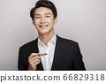 一個年輕人在一套西裝的商業肖像 66829318