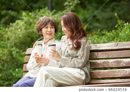 母親和女兒走 66829539