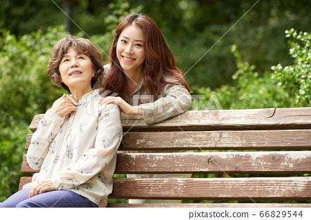 母親和女兒走 66829544