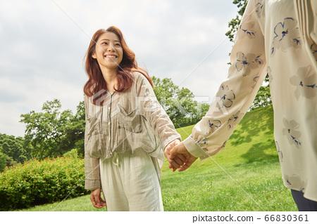 산책중인 엄마와 딸 66830361