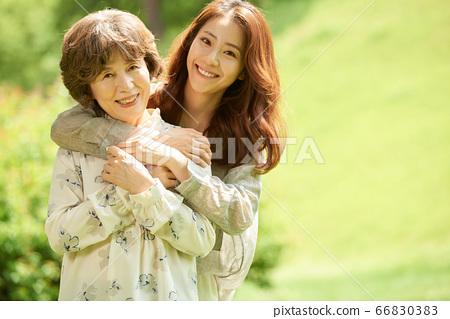 산책중인 엄마와 딸 66830383