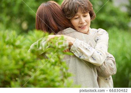 산책중인 엄마와 딸 66830482