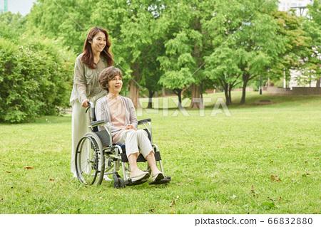 산책중인 엄마와 딸 66832880