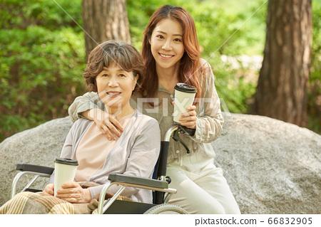 산책중인 엄마와 딸 66832905