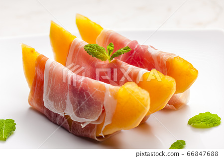 melon cantaloupe with smoked ham and mint 66847688