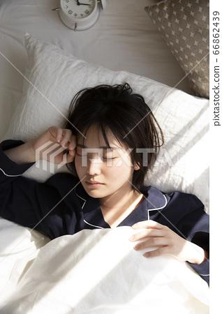 睡覺在床上的少婦 66862439