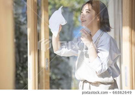 清洗窗戶的年輕女子 66862649