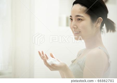 スキンケアをする若い女性 66862781