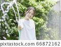 少婦澆灌的夏天圖像 66872162