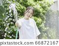 少婦澆灌的夏天圖像 66872167