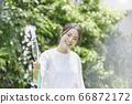少婦澆灌的夏天圖像 66872172